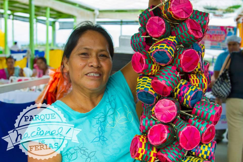 Familias nicaragüenses realizan sus compras para la Purísima en el Parque Nacional De Ferias